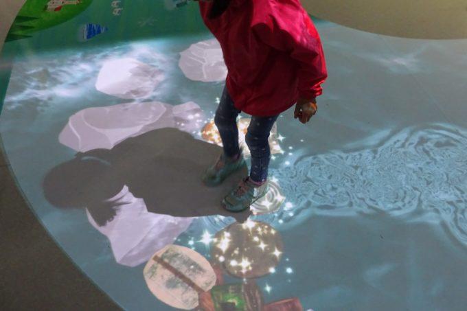 水のキラキラや自分の影