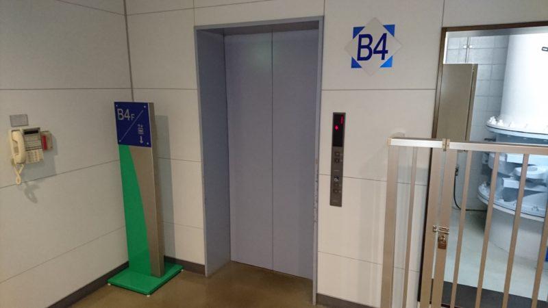 地上へのエレベーター