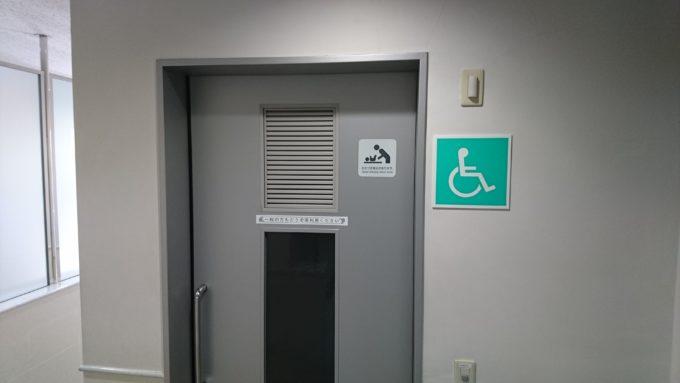 バリアフリートイレ内におむつ交換台