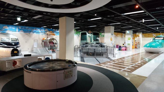 札幌を実際に走行した地下鉄をはじめ、北海道新幹線、ヘリコプターがある交通コーナー