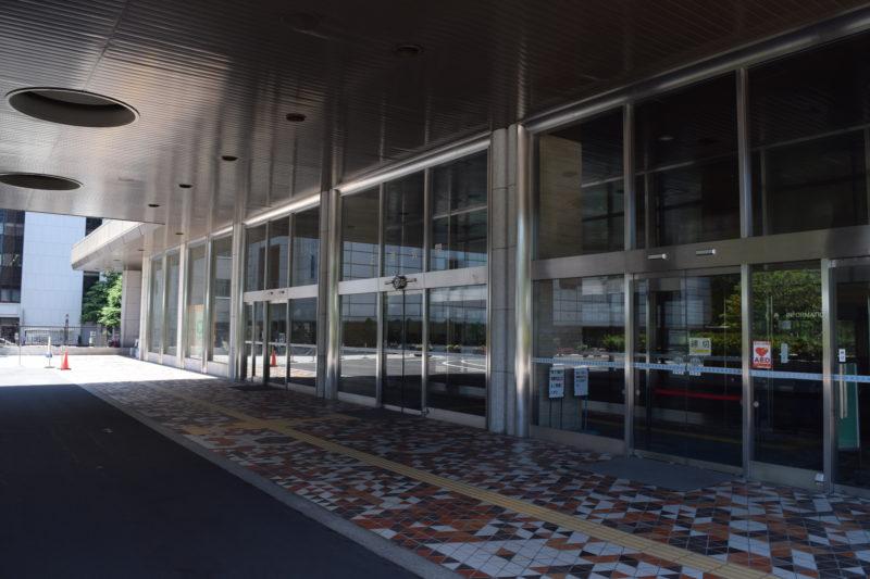 札幌市役所本庁舎の入口