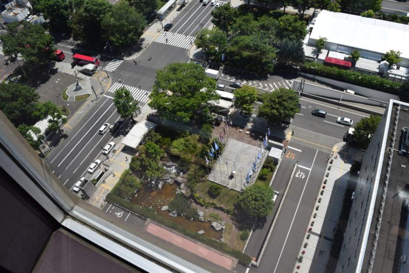札幌市役所前の庭園