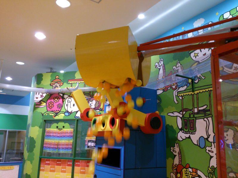 黄色いクレーン部分にボールが溜まると、サイレンが鳴りながら開いて一気にボールが上から降ってくる。