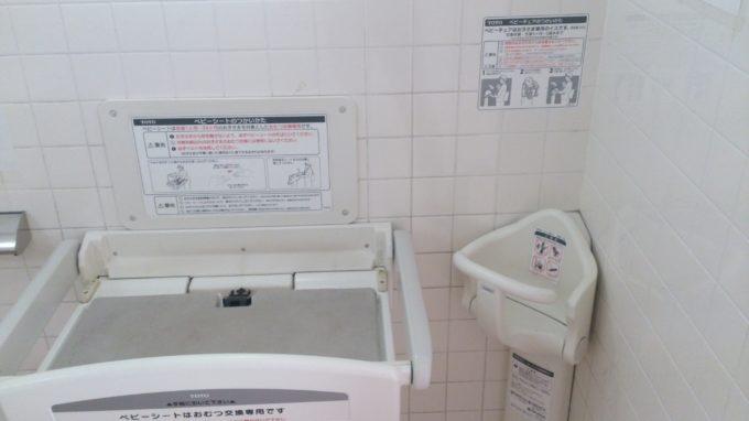 ビジターセンターと土のフォーリーにある多目的トイレ内のベビーシート
