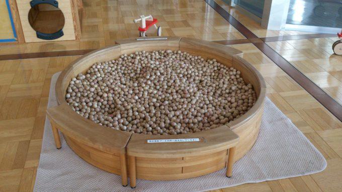 木製のボールプール