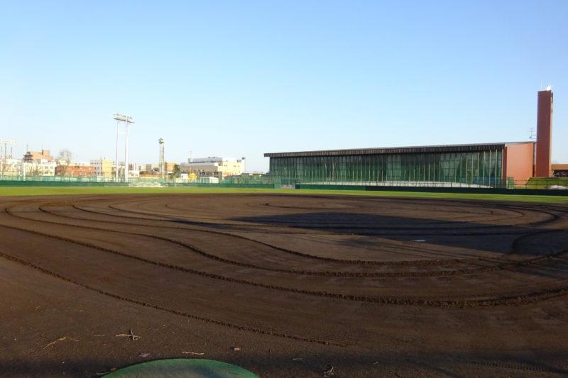 美香保公園野球場の奥に見えるのは美香保体育館