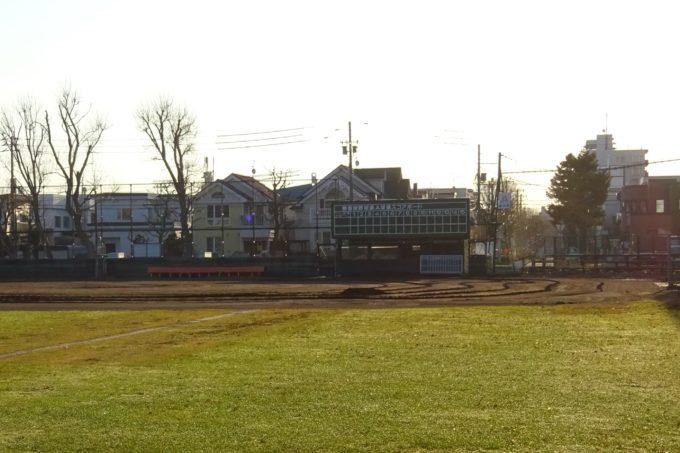 美香保公園野球場A球場のスコアボードとダッグアウト