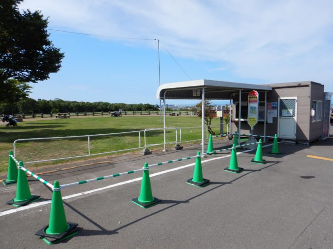 中央バスのバス停(降車専用)。バス停名は「羊ヶ丘展望台」です。