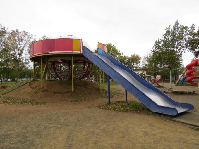 幅の広い大きな滑り台付きのコンビネーション遊具