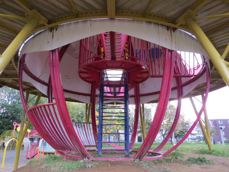 幅の広い大きな滑り台付きのコンビネーション遊具の昇降部分