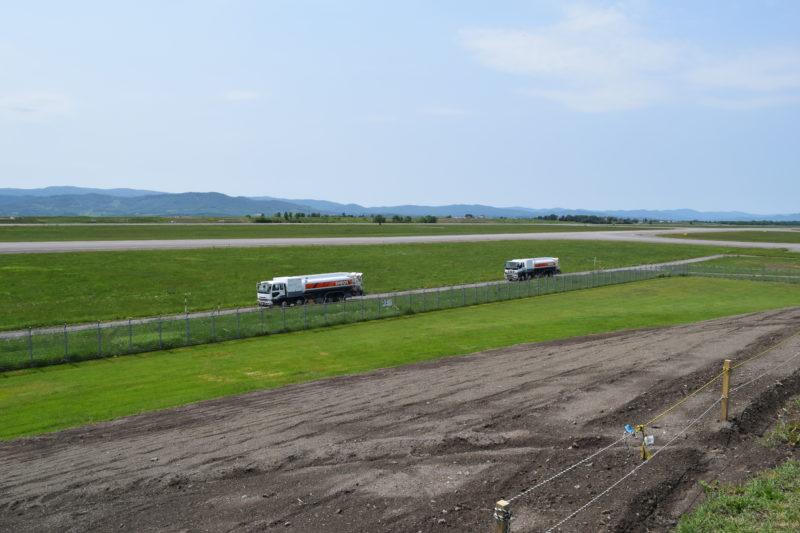 ジェット燃料を運送するエネオスの航空機給油車