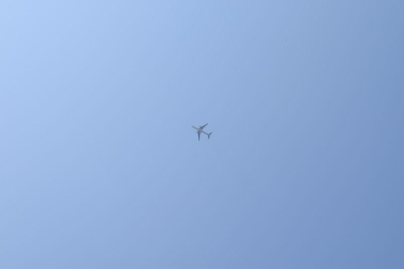 空には飛行機が飛び交います