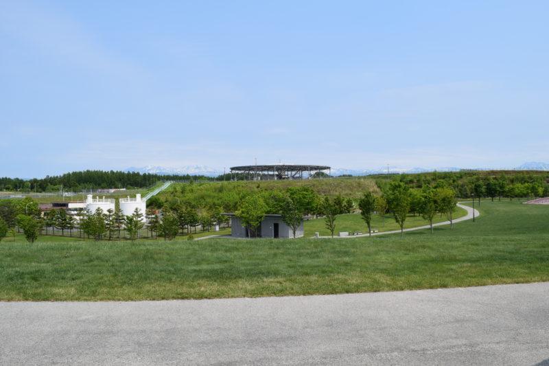 展望シェルターから。真ん中奥にあるのがVOR/DME施設。手前にあるのがトイレ。左の白い建物は給油施設です。