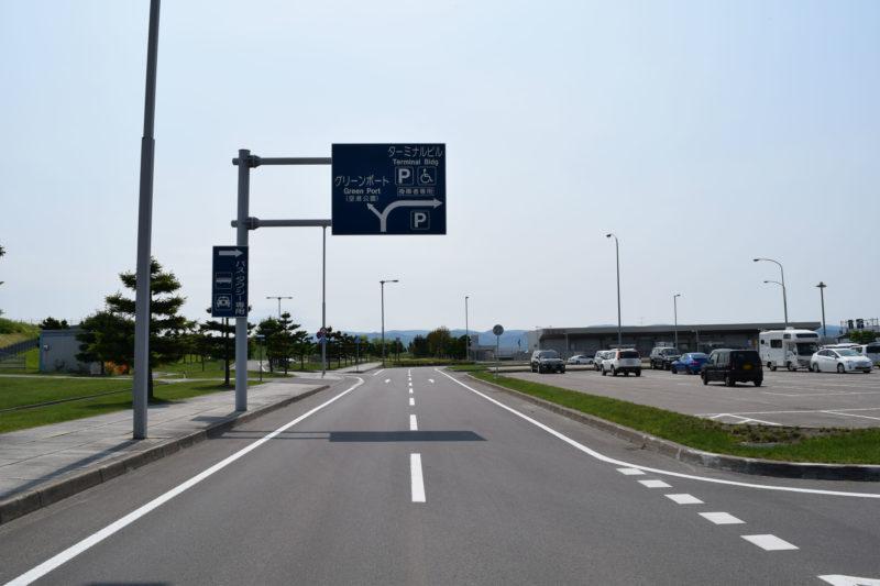 旭川空港の正面出入口すぐに案内板