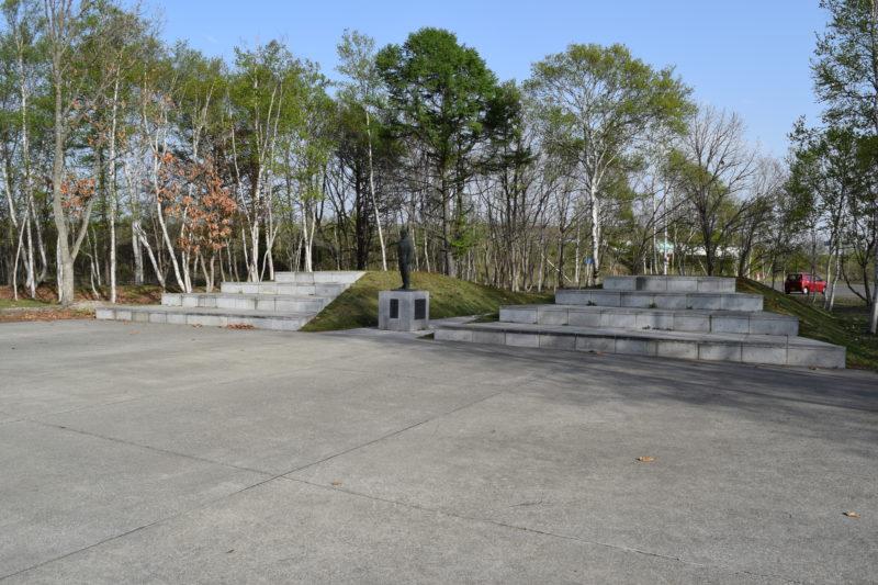 酒井憲次郎操縦士の像