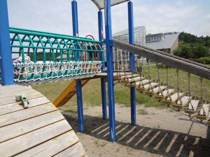 コンビネーション遊具(小)の吊り橋とトンネル