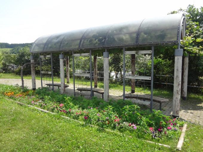 遊具広場内の休憩スペース
