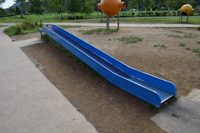 長めのローラー滑り台
