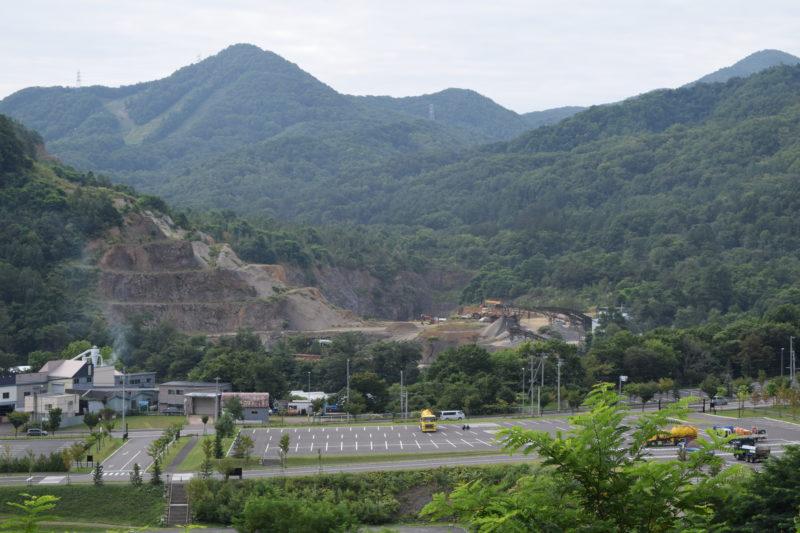 第1見晴らし台からの昭和採石工業盤渓工場の眺め