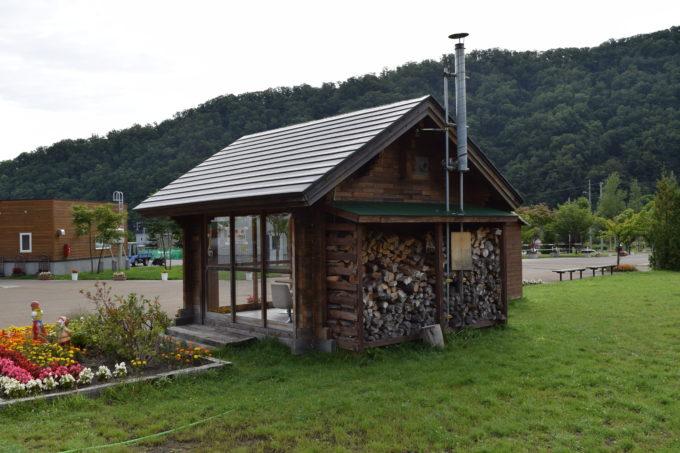 休憩所裏の薪