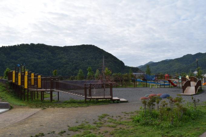 芝生広場から見る遊び場広場