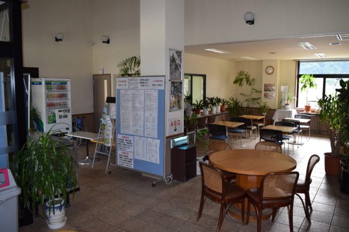 五天山公園管理事務所内のテーブル席