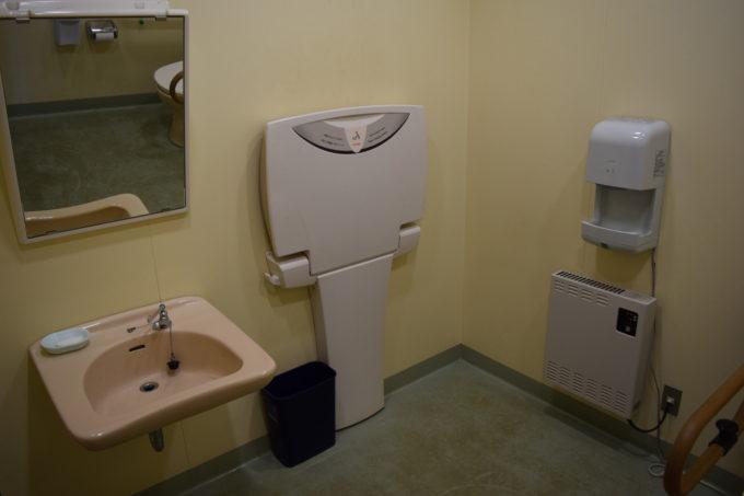 管理事務所内バリアフリートイレ内のおむつ交換台