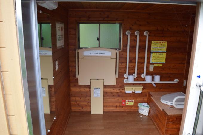 第2駐車場側バイオトイレ内のおむつ交換台