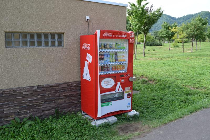 子供の遊び場付近のトイレ横の自動販売機