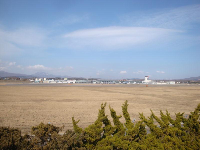 函館空港緑地高松展望広場からの函館空港ターミナル