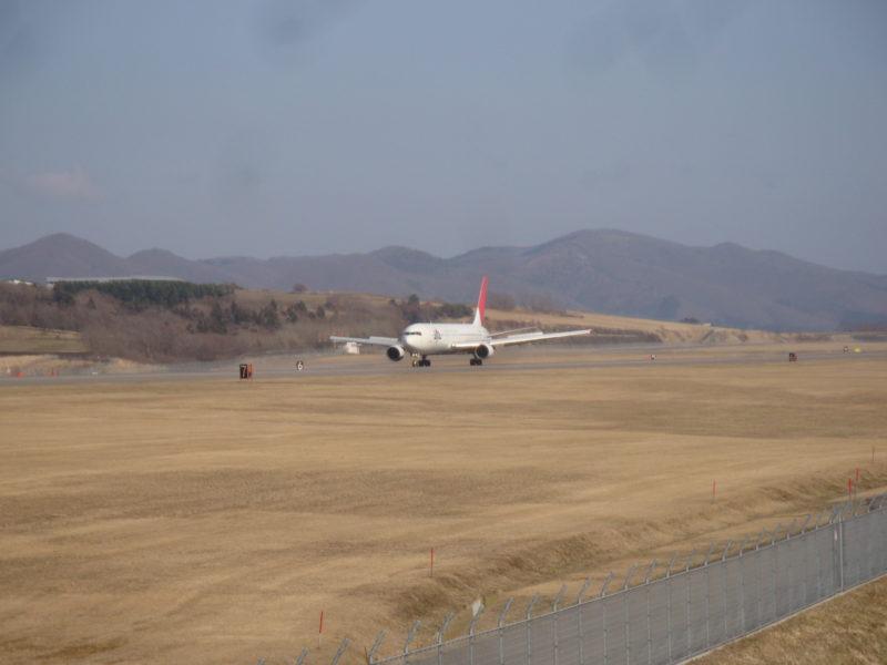 函館空港へ降り立つJAL機