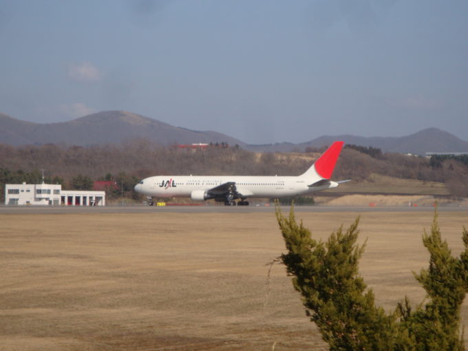 駐機場へ向かうJAL機