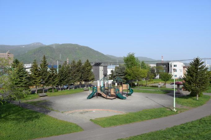 築山から見る遊具広場