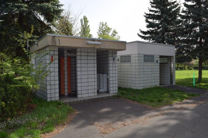 バリアフリー対応トイレと男女別トイレ