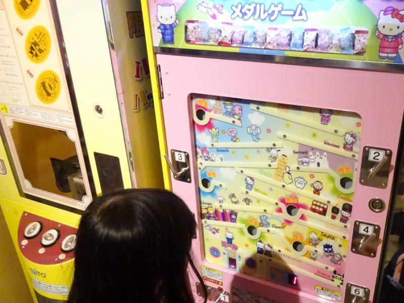 100円玉を投入して飴玉がもらえるハローキティのメダルゲーム