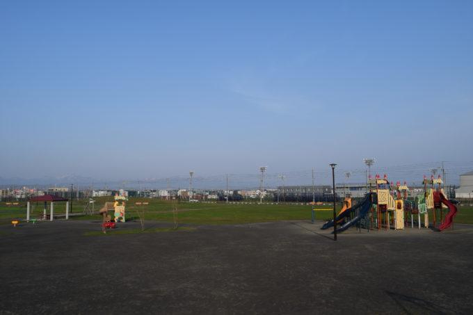 築山から遊具広場方面
