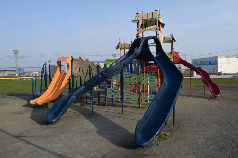 青い滑り台は2種類あり、クネクネ滑り台も。