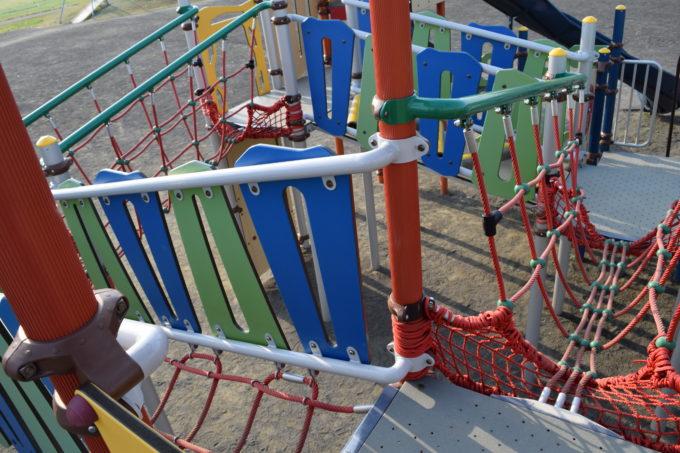 コンビネーション遊具はロープの通路