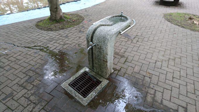 遊水路の横には手洗い場・水飲み場