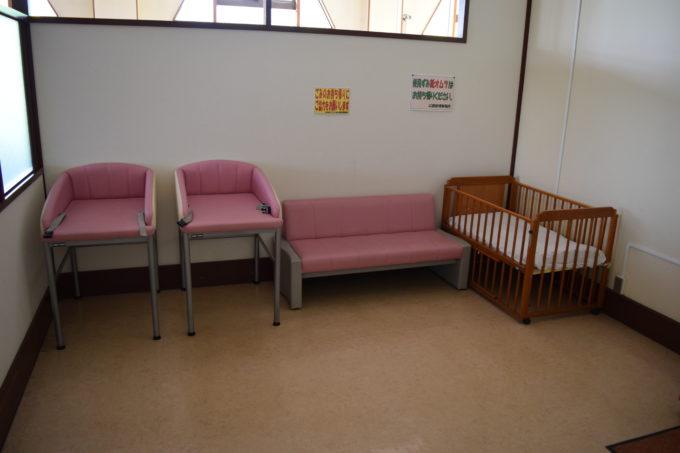 授乳室内には、おむつ替え用のベッド、ベビーベッド、椅子があります。