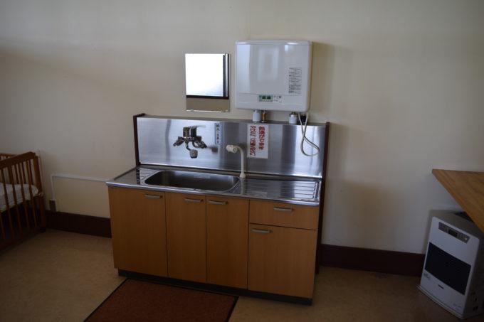 授乳室内の給湯器とシンク