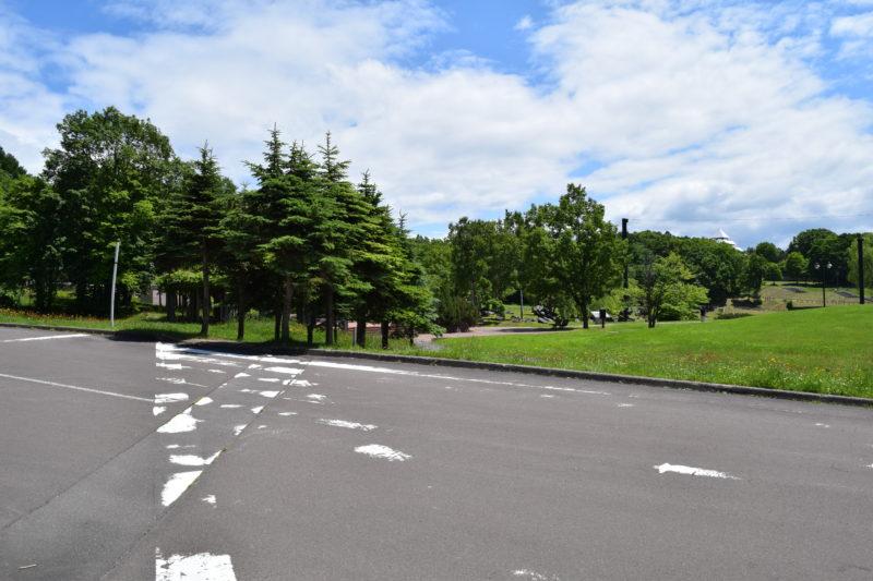 北口駐車場から望むヤッホーの森とふしぎの森