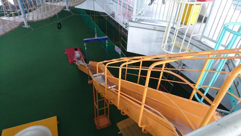 2Fから1Fへと通じるオレンジ色の滑り台