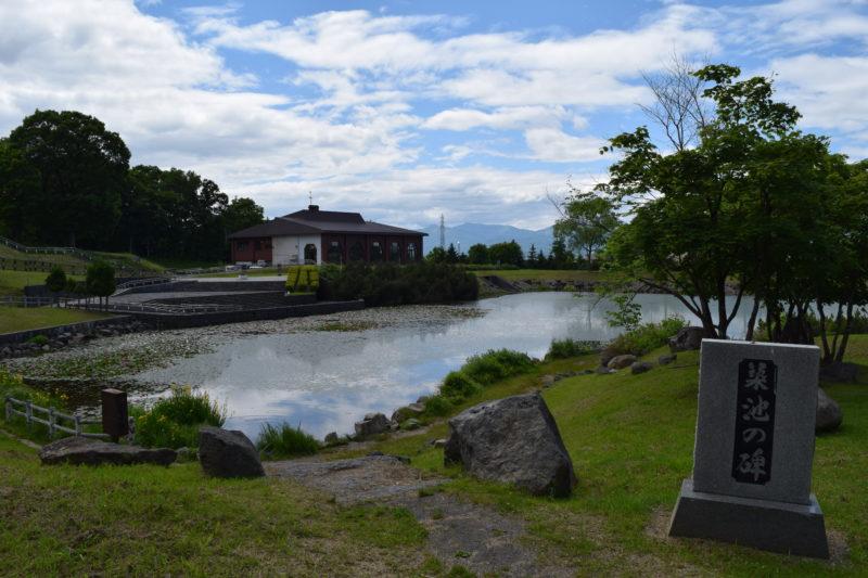 鑑賞池の一角にある築池の碑