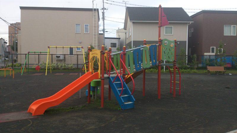 小さい子も低めの階段と緩やかな滑り台