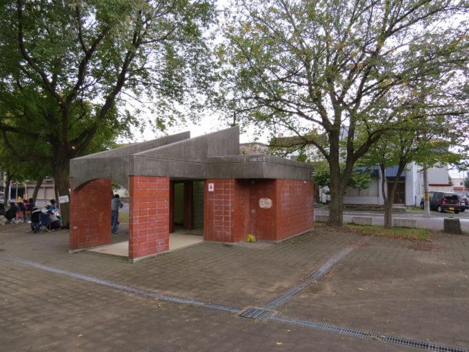 遊具広場近くにある男女別トイレ(和式)