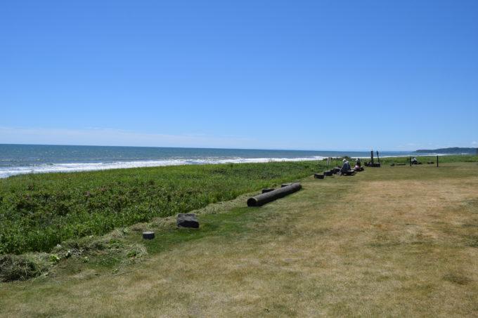 恋問海岸のベンチ