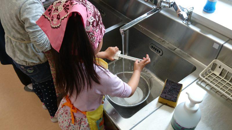 使い終わった調理器具も自分たちで洗います