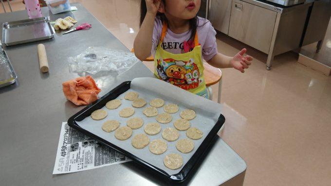 型取りした後はクッキーを並べてオーブンで焼き上げます