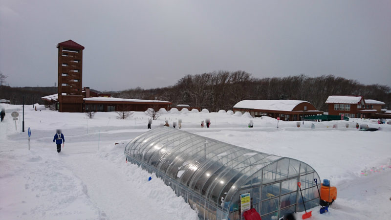 雪山滑り台のスノーチューブ側頂上から農村レストラン、もりカフェ、調理加工体験施設方面の眺め